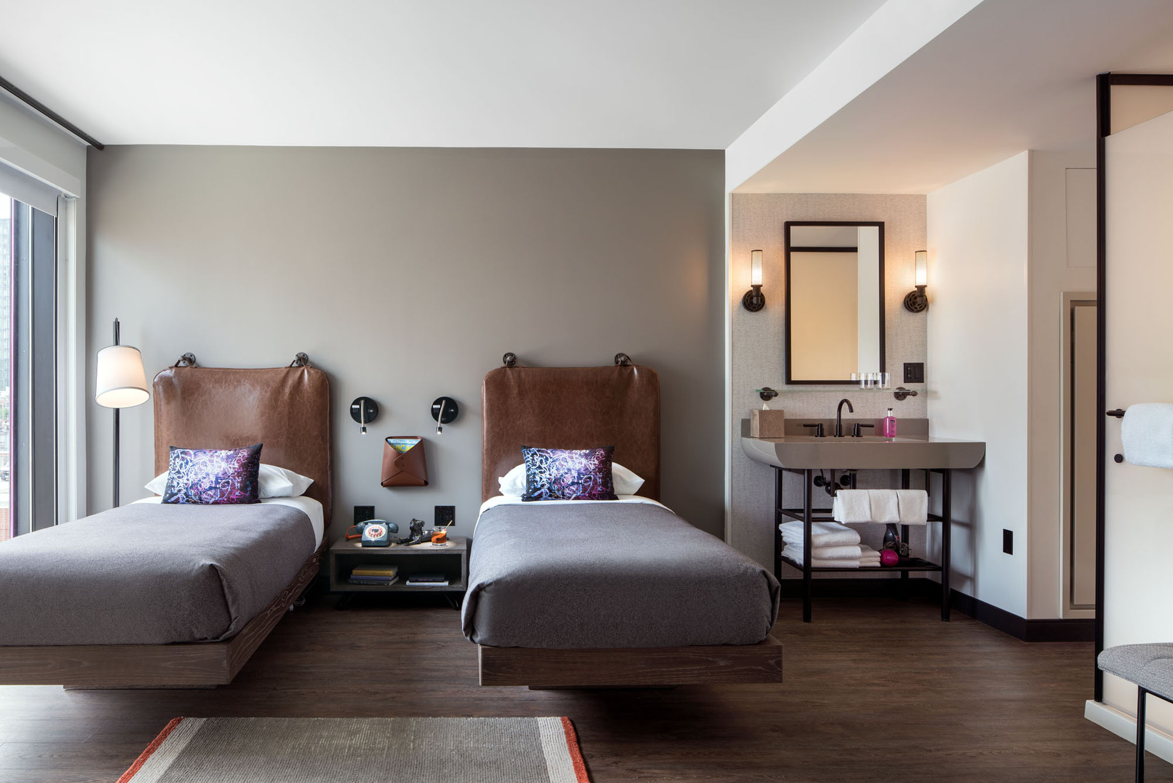OX_CHIOX_Guestroom_Two_Twin_Beds_Propped_Nightstandcopy